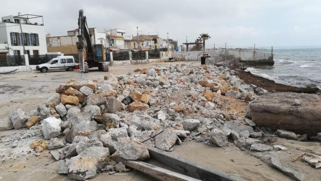 Works at the port of El Molinar