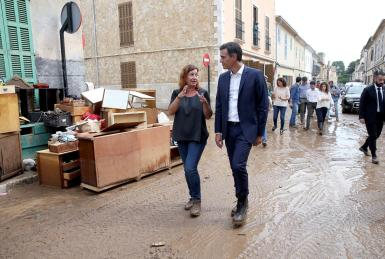 The President of the Government, Pedro Sánchez, and the President of the Balearic Executive Francina Armengol check out the damange done by Sant Llorenç flooding that cost thirteen people their lives.