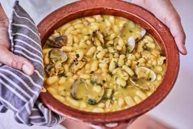 White beans with fresh clams and saffron (Fabada de Almejas)