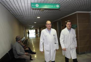 Doctors Javier Murillas and Jordi Reina from the Son Espases microbiology unit.