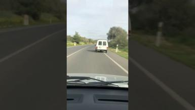 The Civil Traffic Guard investigates after a video shows reckless driving in Majorca. The images were recently recorded on the road between poligono Son Noguera and Llucmajor.