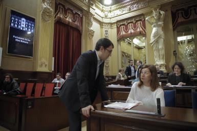 Iago Negueruela speaking with Francina Armengol in parliament on Tuesday.