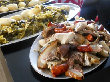 The porco celta meats with potatoes and cabbage.