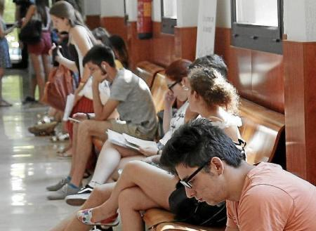 Students wait in the hallway to take the University selection test.