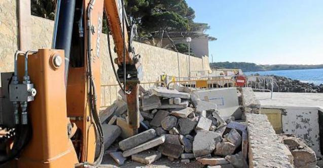 Repair work begins at Cala Gat promenade.