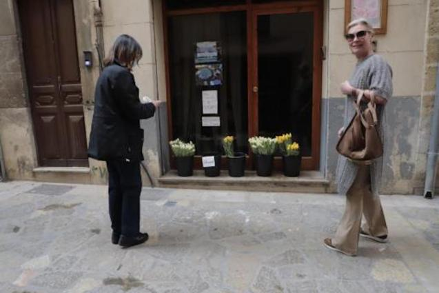 Palma florist gives flowers away during coronavirus lockdown.