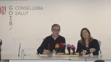 Dr. Javier Arranz with health minister Patricia Gómez at a press conference.