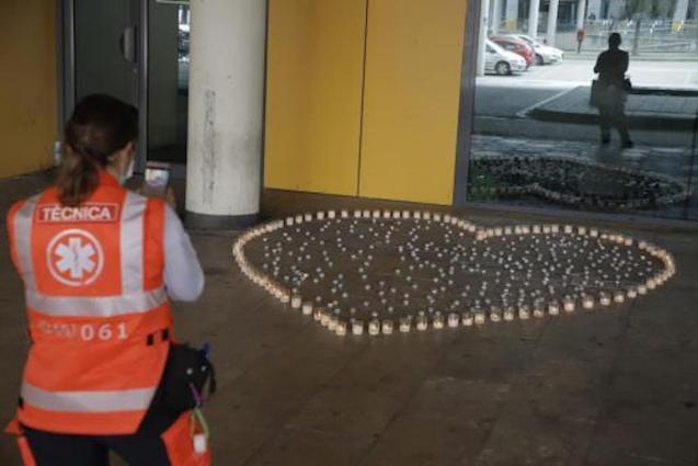 A heart of candles at the doors of Son Espases in tribute to those who died of the coronavirus in the Balearic Islands.