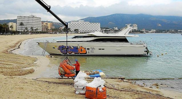 Yacht abandoned in Palmanova to be scrapped.
