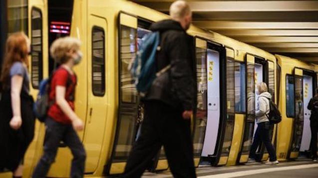 Passengers at Alexanderplatz in Berlín.