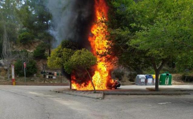 Car engulfed in flames outside s'Arracó cemetery.