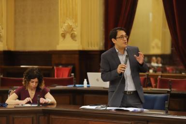 Balearic tourism minister Iago Negueruela in parliament.
