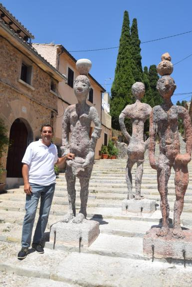 Pollensa's mayor, Tomeu Cifre Ochogavía, with works that symbolise offering and receptiveness.