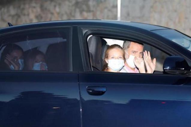King Felipe VI, Queen Letizia & daughters.