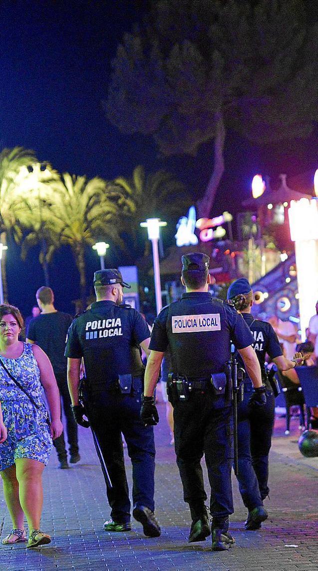 MAGALUF  - POLICIAS VIGILANDO LA ZONA DE MARCHA NOCTURNA EN PUNTA BALLENA.