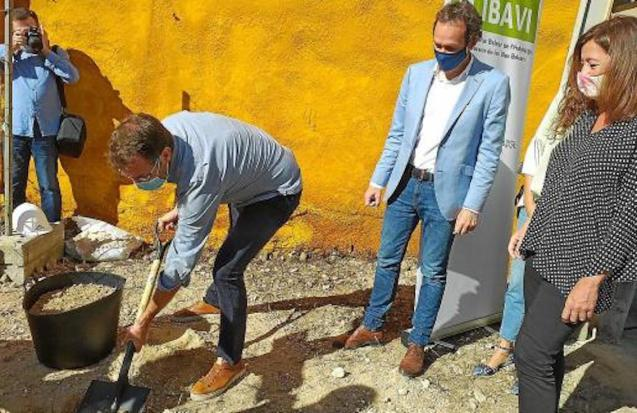 The President of the Government, Francina Armengol, Mobility & Housing Minister, Marc Pons & Mayor Oliver laid the foundation stone.