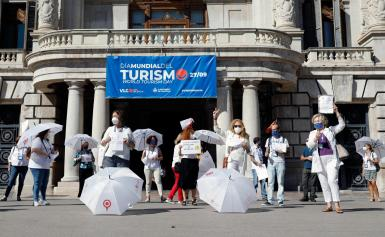 """Several tourist guides in Valencia have gathered to protest against """"the danger of extinction"""" of this profession due to the consequences of the Coronavirus crisis in tourism. photo:"""