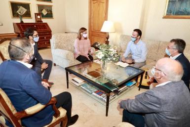 President Armengol and minister Iago Negueruela with business association representatives.