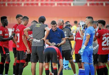 Coach Luis Garcia Plaza (C) is expecting a tough game.