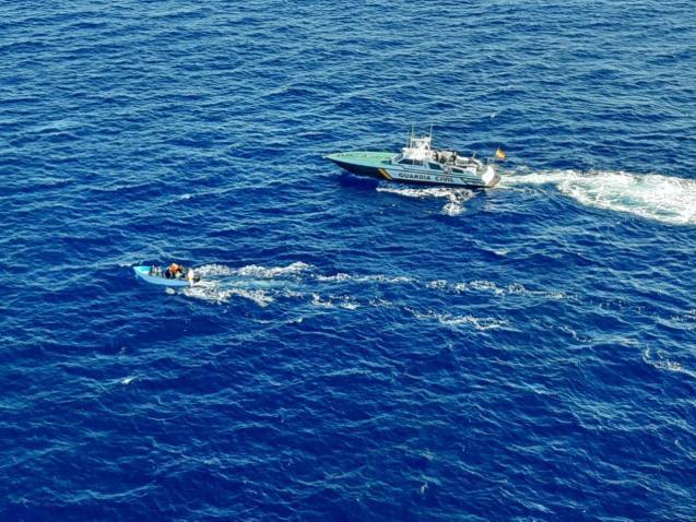 Guardia Civil intercept migrant boat, Balearics
