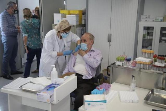Healthcare Professional giving flu jab.