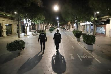 National Police officers on the Calle Blanquerna in Palma overnight on Sunday.