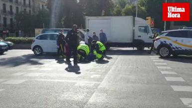 A middle-aged woman was seriously injured this Monday afternoon after being accidentally hit by a car near Plaza España, in Palma.