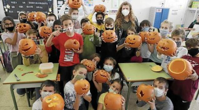 Sagrat Cor Primary 5 Students held a pumpkin carving workshop on Friday.