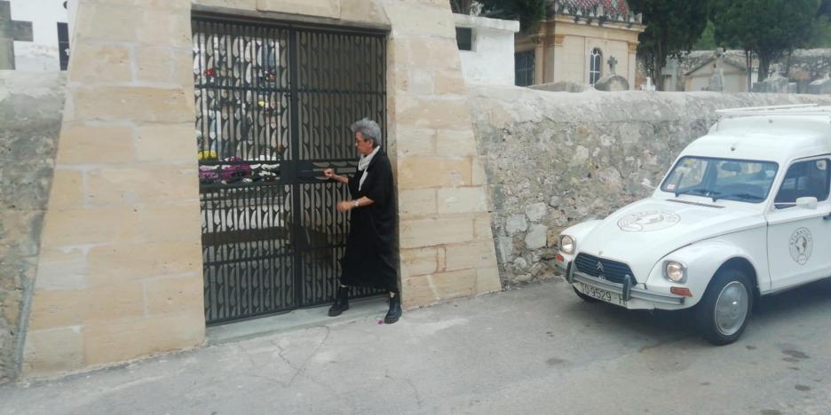 Citroen Dyane van scaring itself outside cemetery in Genova