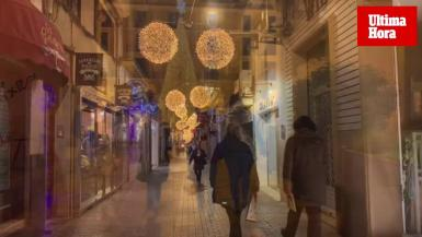 On Thursday the centre streets of Palma had their traditional Christmas lights shinning after the Asociación Jovent turned the switch on.