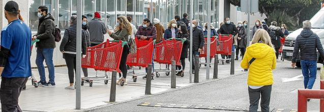 Supermarket shoppers in Palma.