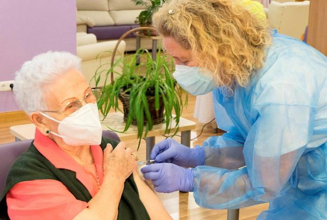 Araceli Hidalgo receives a second dose of the vaccine against COVID-19
