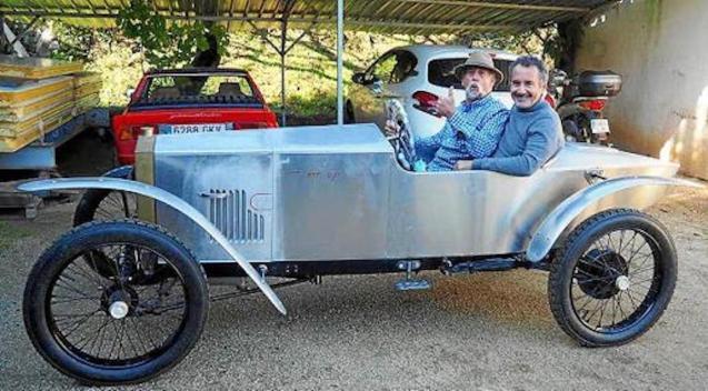 Mateu at the wheel of his Loryc with his cousin Joaquín.
