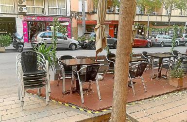 The Petit Comité bar had two platforms.
