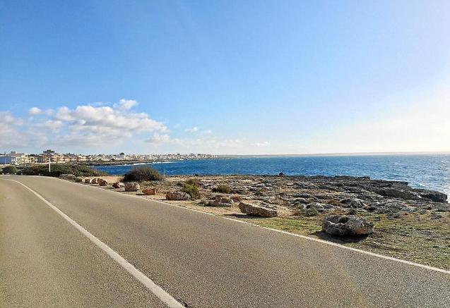 Rocks to prevent motor home parking in Llucmajor, Mallorca