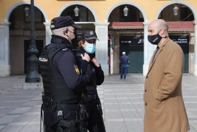 Resistencia Balear organiser Victor Sánchez with police