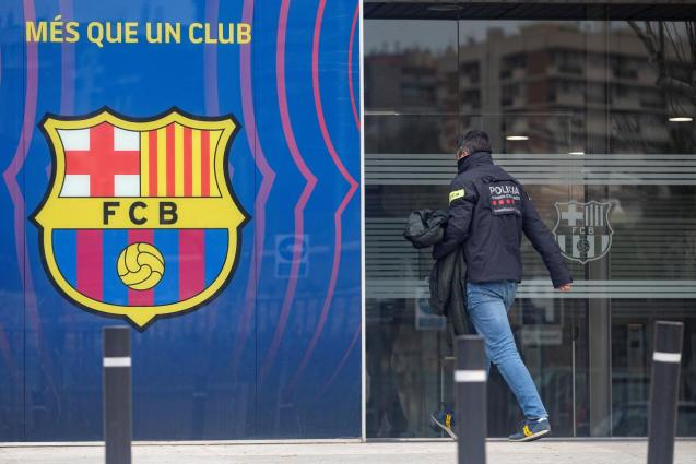 """The Mossos search the offices of F.C. Barcelona for the """"BarçaGate"""""""