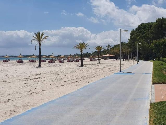 Alcúdia beach, practically deserted of bathers