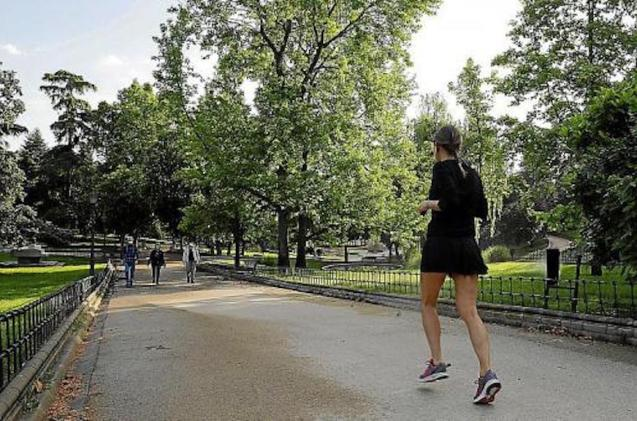 Woman running in Palma park.