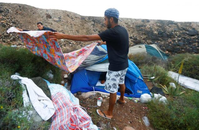 Abandoning government camp, migrants hide out on Gran Canaria cliffside