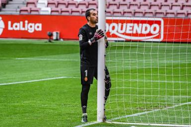 Manolo Reina's pre-match ritual, kissing the goalpost.