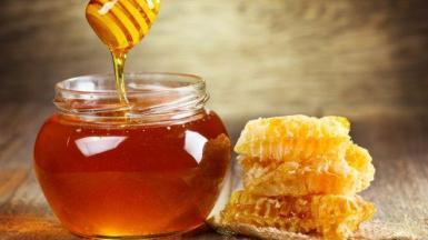 MENORCA - Los apicultores de la Isla se salvan de la caída de precios de la miel.