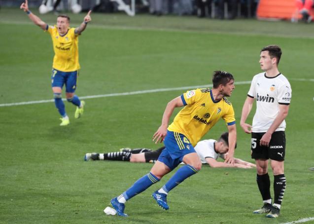 Cádiz's Marcos Mauro (c) celebratres their second goal against Valencia