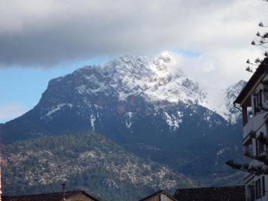Snow fell to a significant depth on the peaks.
