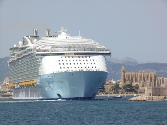 The gigantic cruise ship 'Harmony of the Seas' visits the Port of Palma