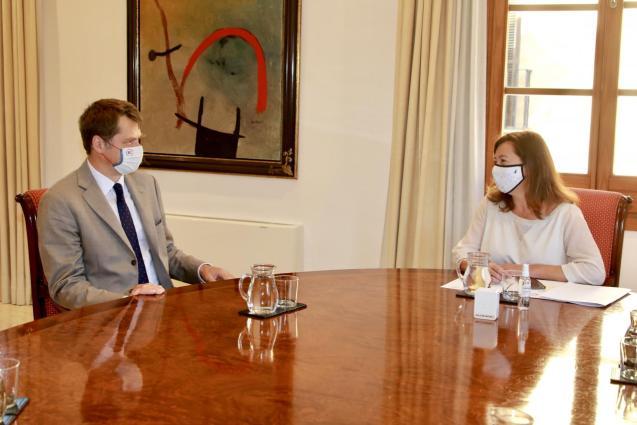 The British Ambassador, Hugh Elliott, and the president of the Balearics, Francina Armengol.