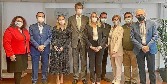 Hotel management team & Hugh Elliot, British Ambassador to Spain.
