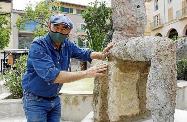 Joan Bennàssar with one of his sculptures.