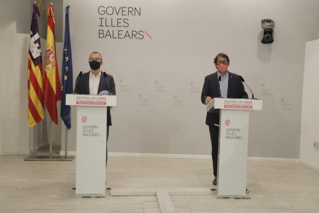 Balearic tourism minister, Iago Negueruela (right)