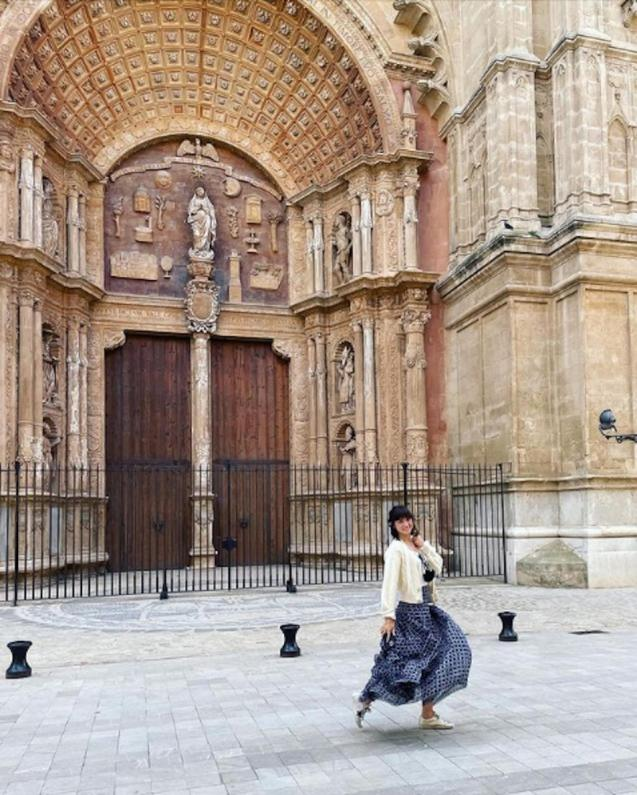 Ana de Armas in front of Palma Cathedral.